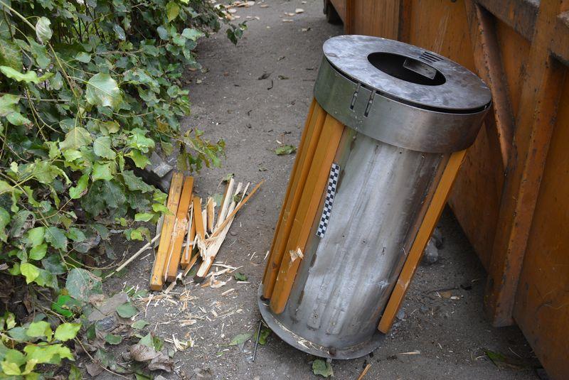 (FOTO) Legnicki dzielnicowy zatrzymał złodzieja śmietnika z przystanku autobusowego