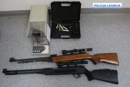 Legniccy policjanci zabezpieczyli kilkanaście porcji narkotyków i broń pneumatyczną