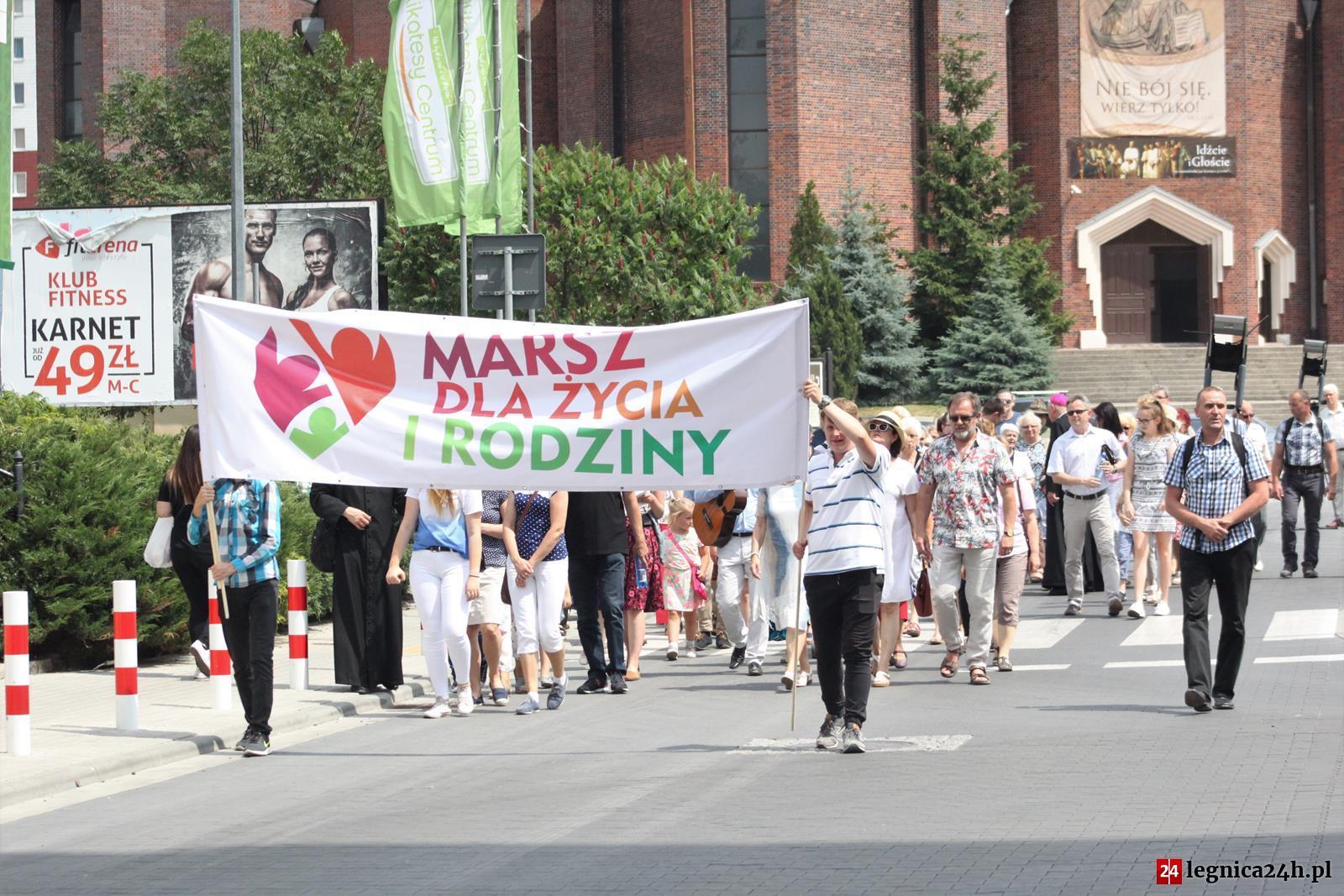 (FOTO) X Marsz dla życia i rodziny wyruszył spod kościoła Matki Bożej Królowej Polski