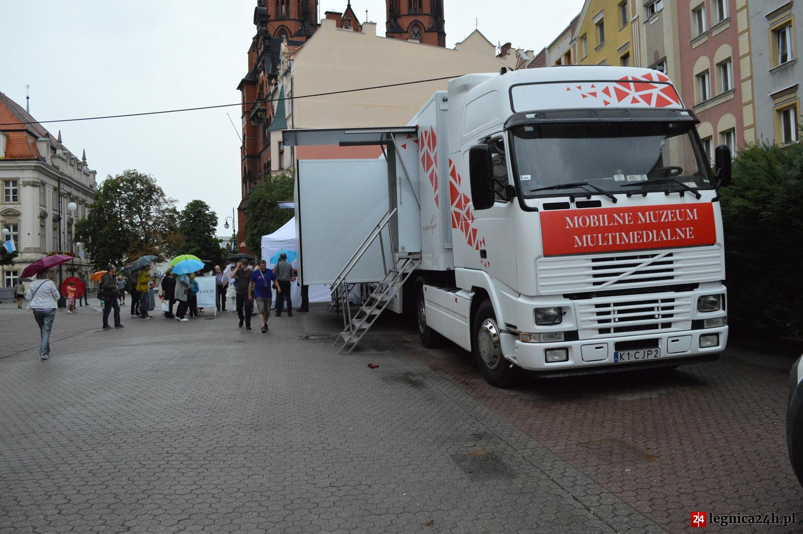 (FOTO) Mobilne Muzeum Multimedialne – 100 lecie Niepodległości zawitało na Legnickim rynku