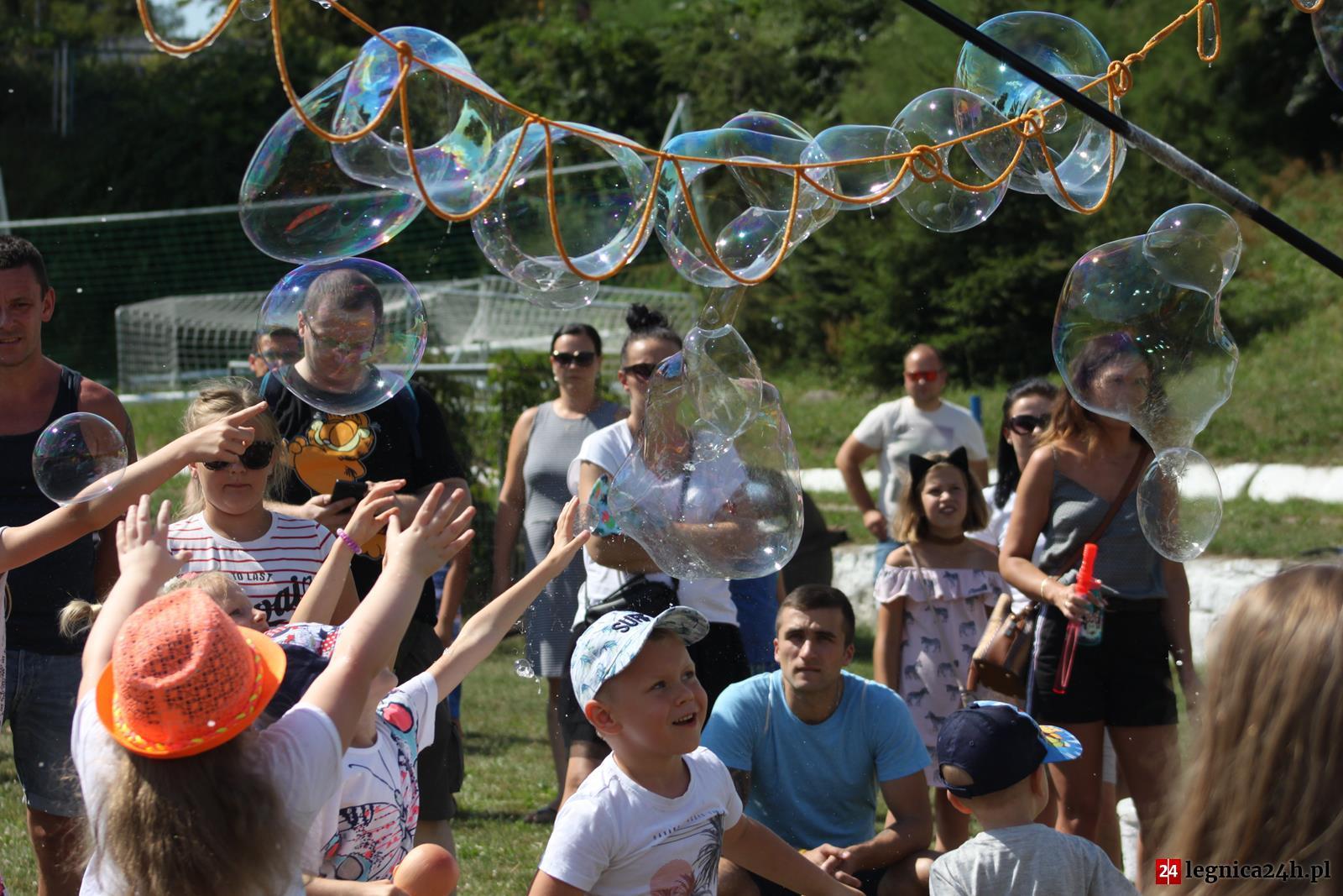(FOTO) Festiwal Baniek Mydlanych i Kolor Fest na stadionie Konfeks w Legnicy