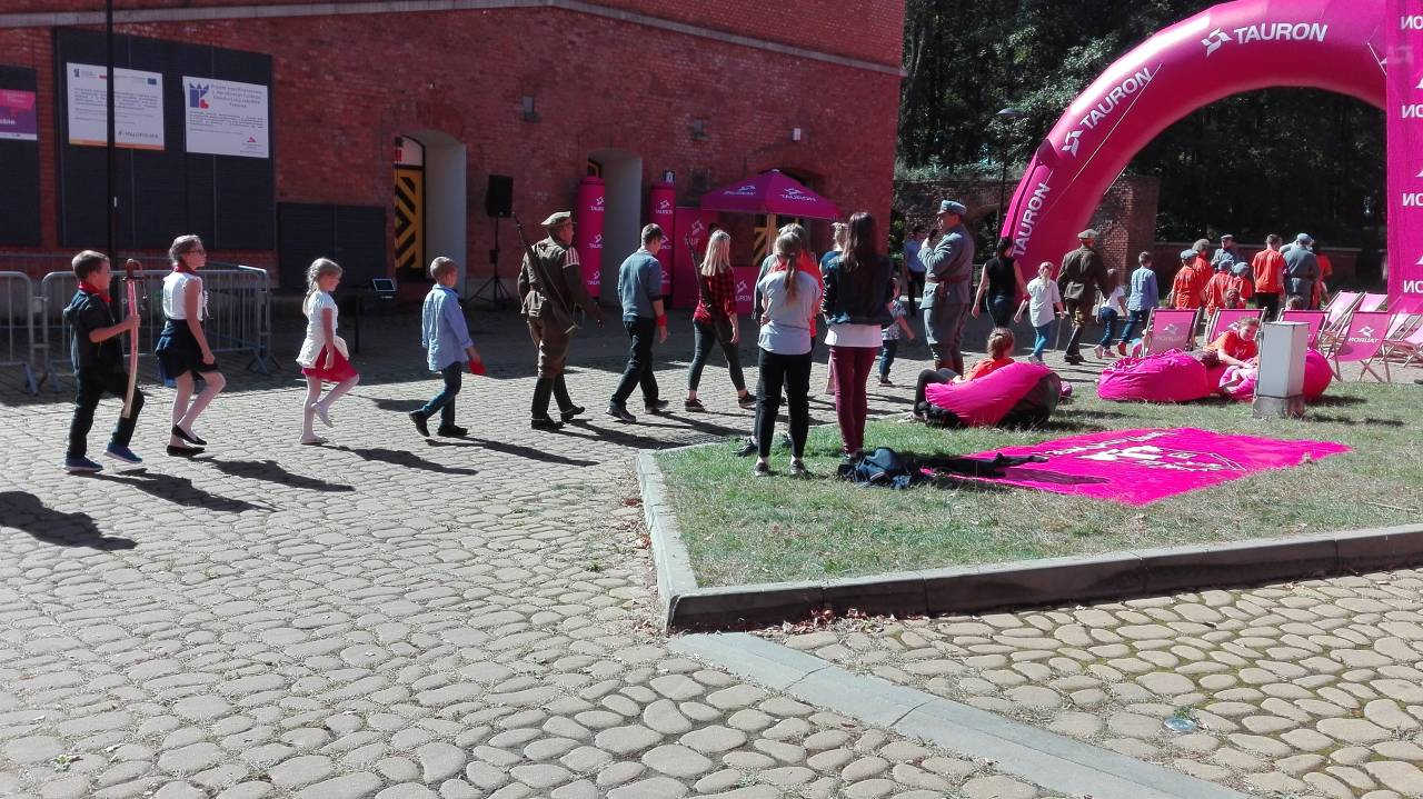 Legnica: Dzieci na Kopcu Kościuszki świętowały 100–lecie niepodległości