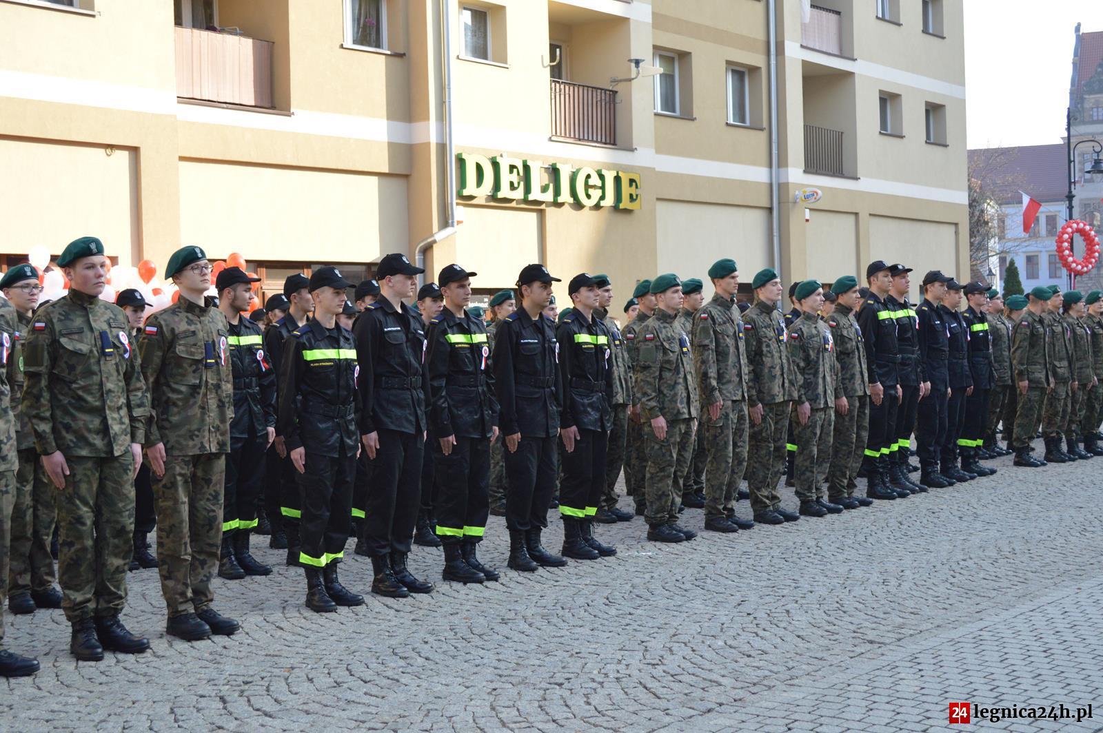 (FOTO) Ślubowanie pierwszych klas mundurowych VII LO w Legnicy