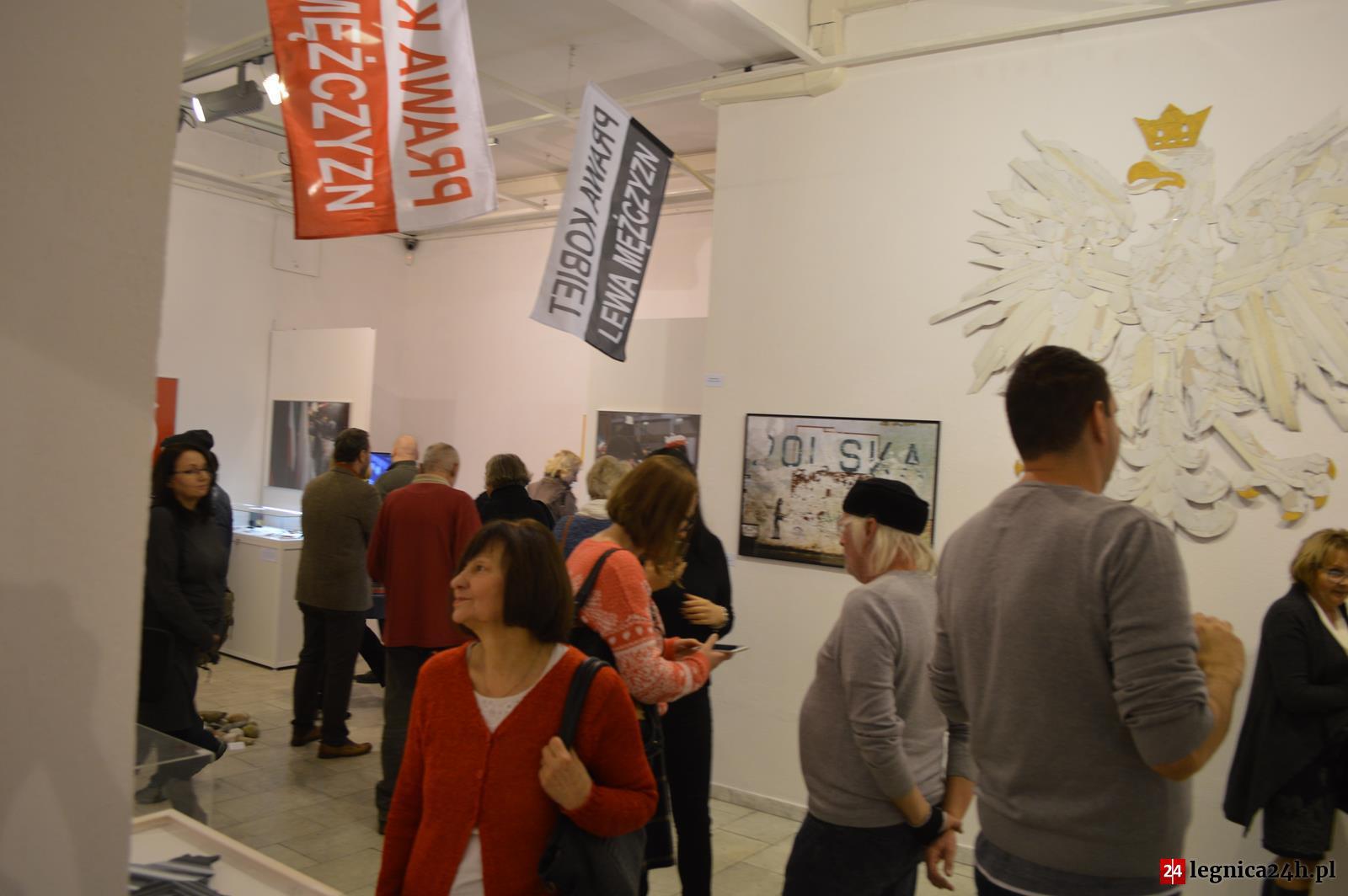 """(FOTO) Legnica: Wystawa """"Odcienie bieli i czerwieni"""""""