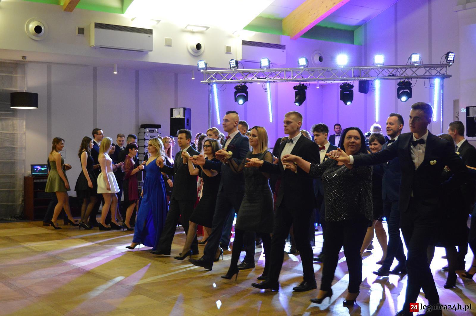 (FOTO) Studniówka ZSTiO - blisko 200 osób zatańczyło poloneza