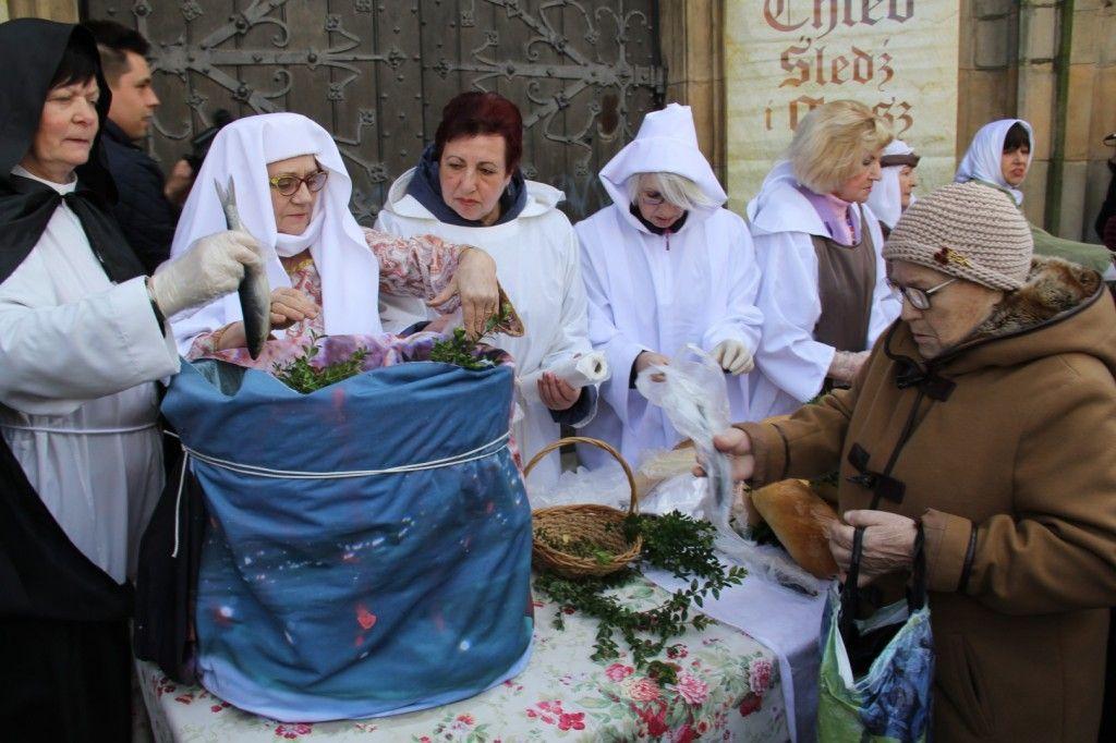 Jałmużniczy chleb, śledź i grosz tradycyjnie już w Wielki Piątek