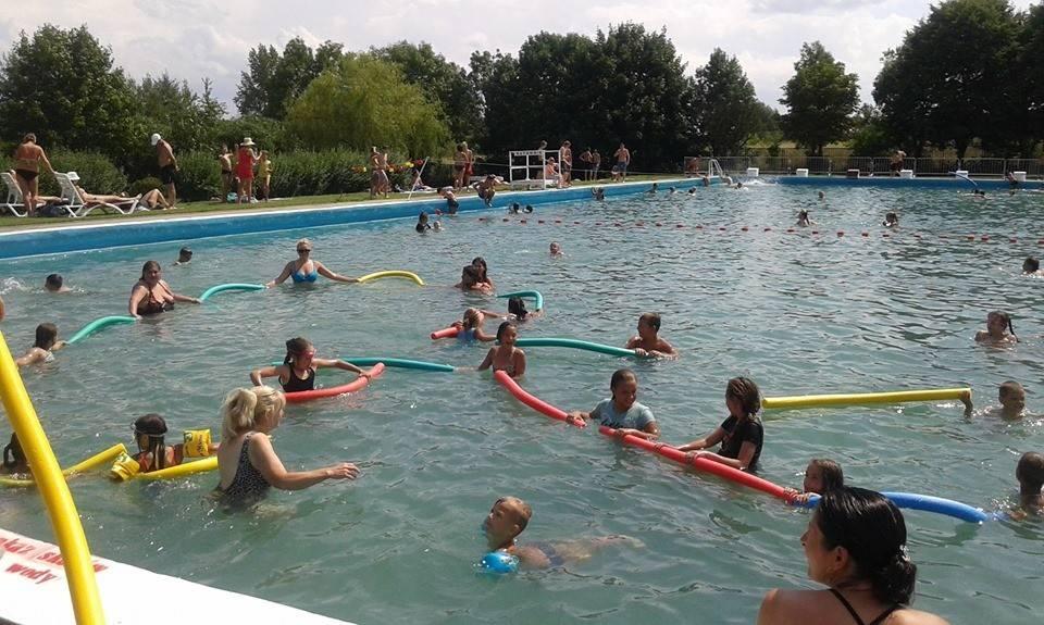 W każdy czwartek wpadaj na basen na wodny aerobik